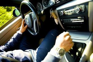 bestuurder van sportwagen foto