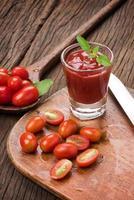 cherrytomaatjes en ketchup foto