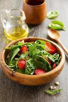 lichte salade met spinazie en aardbeien. foto