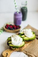 gezonde sandwich met avocado en gepocheerde eieren foto