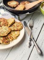 verse zelfgemaakte courgette pannenkoeken foto