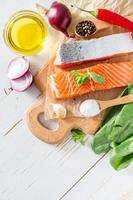 zalmfilet met spinazie, zout, peper, knoflook, olie foto