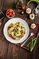 tortellini gevuld met een mix van plantaardige lente foto