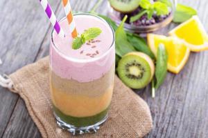 regenboog smoothie met bessen en fruit foto