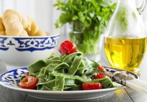 huisgemaakte pasta met spinazie en tomaten. foto