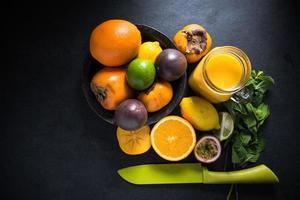 tropische en exotische fruitsmoothie, dieetconcept foto