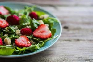 salade met rucola, aardbeien en kaas foto