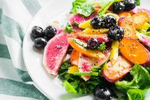 zomersalade met groenten en bessen