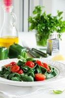 huisgemaakte pasta met spinazie en tomaten.