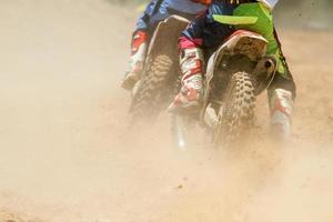 motorcross racer versnellen van snelheid in het spoor foto