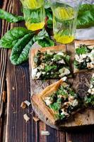 taart met spinazie, snijbiet en kaas foto
