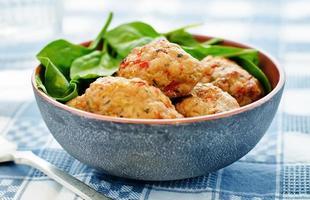 gebakken gehaktballetjes met peper en spinazie foto