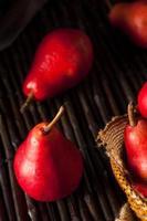 rauwe biologische rode peren foto