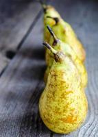 gele peren op een rij foto