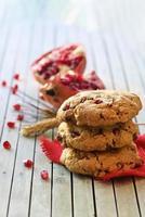 stapel zelfgemaakte koekjes met zaden en granaatappel food fotografie foto