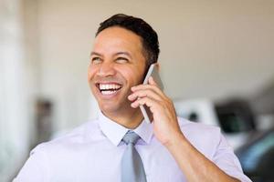 zakenman praten op mobiele telefoon foto