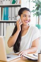 zakenvrouw met behulp van mobiele telefoon aan balie foto