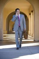 zakenman praten op mobiele telefoon buitenshuis