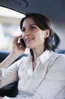 vrouw praten op mobiele telefoon in de auto foto