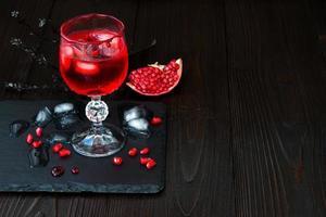 spookachtige bloedige cocktail. traditioneel drankrecept voor halloween-feest foto
