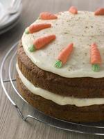 Amerikaanse carrot cake op een koelrek foto