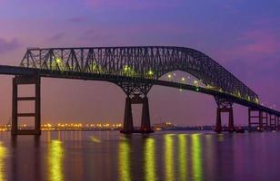 francis scott key bridge en de skyline van baltimore foto
