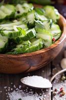 zelfgemaakte gepekelde komkommers foto