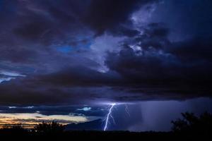 zonsondergang bliksem over Tucson foto