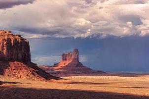 onweerswolken over de vallei van het monument op zonsondergang, Arizona foto