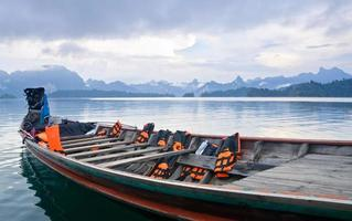 reizen met kleine boten, ratchapapha dam foto