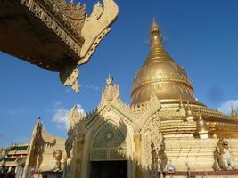 gouden stoepa-structuur met overhandige dakrand op de voorgrond, Birma foto