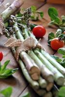 biologische asperges op houten tafel foto