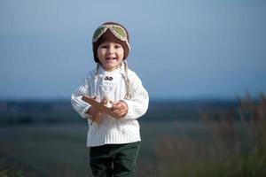 jongen met vliegtuig foto