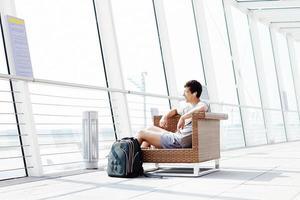 man rust in de luchthaven lounge foto