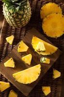 biologische rauwe gele ananas foto