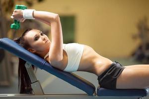 sportieve vrouw in de sportschool foto