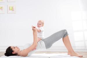 moeder en babygymnastiek foto