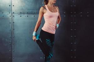 fitness vrouw haar benen strekken passen vrouwelijke atleet doet strekt zich uit foto