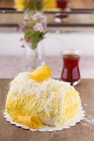 gele harige banaan en kokos cake klaar om te eten foto