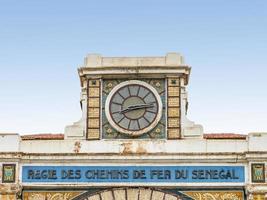 klok, verlaten treinstation van Dakar, Senegal, koloniaal gebouw foto