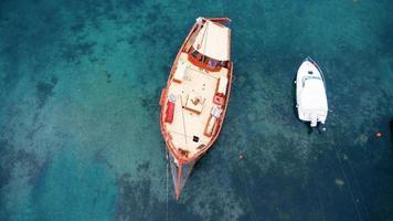 luchtfoto van een houten boot in de zee foto