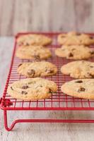 rij van chocolate chip cookies op koeling rek foto