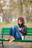 vrouw met behulp van tablet-computer buitenshuis foto
