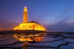hassan ii-moskee tijdens de zonsondergang in casablanca, marokko foto