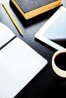 lege tablet pc en koffie, notebook met penci foto