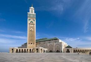 hassan ii-moskee in casablanca, onder een blauwe hemel foto