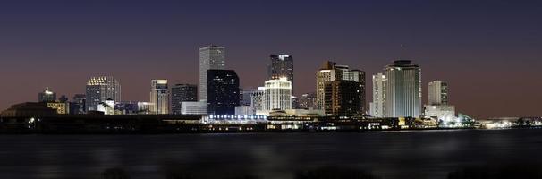 New Orleans skyline in de schemering foto