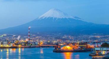 de industriezone van Japan en bergfuji bij de prefectuur Shizuoka foto