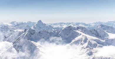 panorama van de winterbergen foto