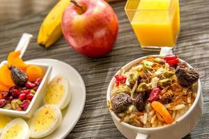 vers fruit en havermout met gezonde toppings als ontbijt foto